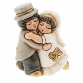 Coppia sposini piccola abbraccio