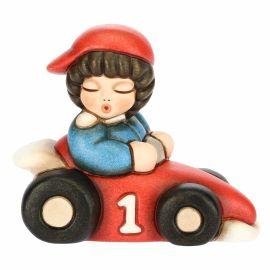 Bimbo su macchina da corsa piccolo