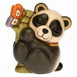 Panda lei in armonia con bambù e farfalla